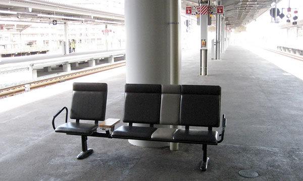 大阪市内の駅の椅子